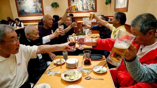 Rugby tak hanya membuat para lansia itu aktif bergerak, tapi juga menawarkan kehidupan sosial yang lebih baik. (REUTERS/Kim Kyung-Hoon)