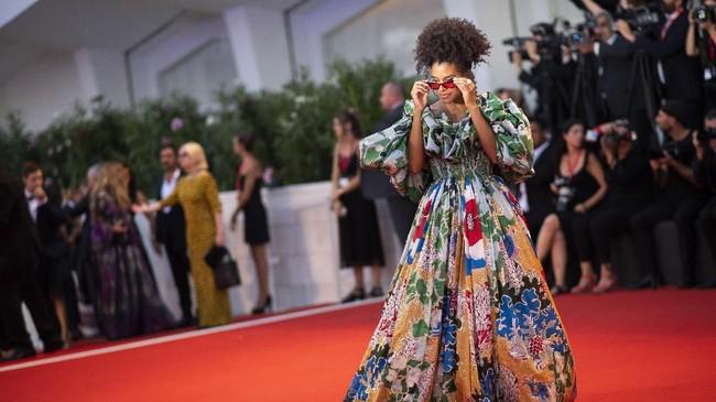 Zazie Beetz juga tak mau ketinggalan beraksi di red carpet Venice Film Festival dalam rangka promosi film 'Joker'. (Arthur Mola/Invision/AP)