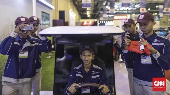 Suasana ajang pameran khusus kendaraan listrik, Indonesia Electric Motor Show (IEMS) 2019 di Balai Kartini, Jakarta, Rabu, 4 September 2019. (CNN Indonesia/Bisma Septalisma)