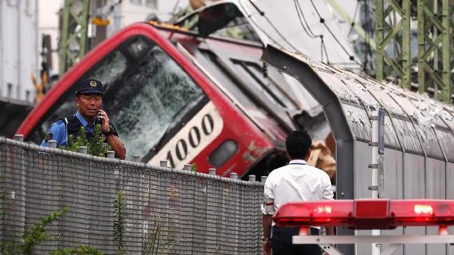 Menurut perusahaan jasa kereta api, Keikyu, masinis sudah mengaktifkan rem darurat saat melihat truk melintang di rel. Namun, jaraknya terlampau pendek dan tabrakan tak terhindarkan. (REUTERS/Issei Kato)