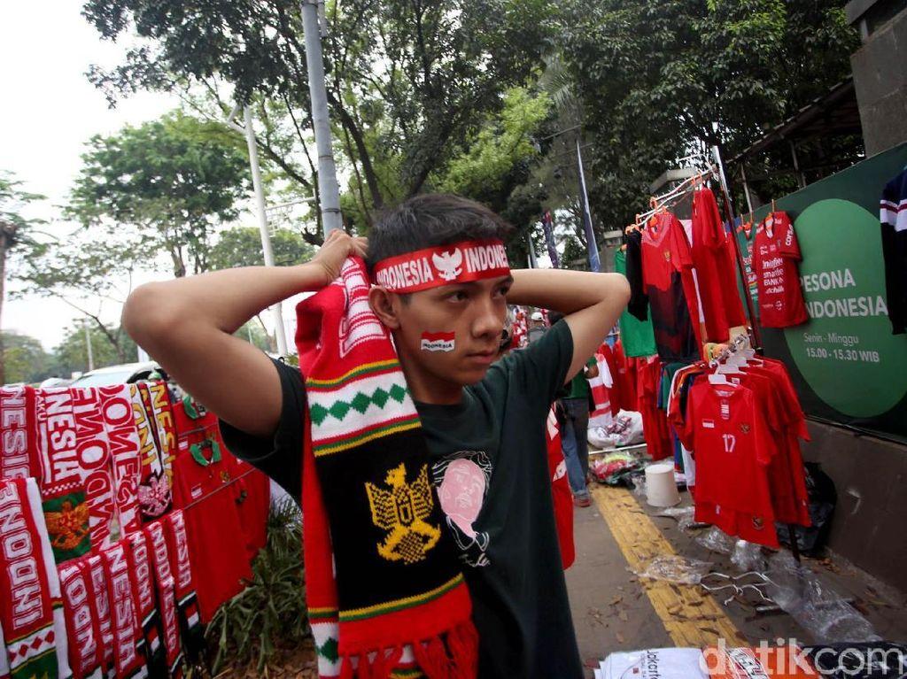 Seorang suporter mengenakan ikat kepala menjelang pertandingan Timnas Indonesia melawan Timnas Malaysia pada laga kualifikasi Piala Dunia 2022 zona Asia.