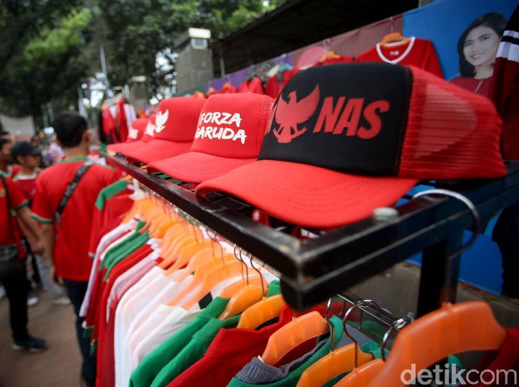Nampak pula topi berlambang Garuda Pancasila dan berwarna merah dan putih turut dijajakan oleh para pedagang di depan gedung TVRI, Jakarta.