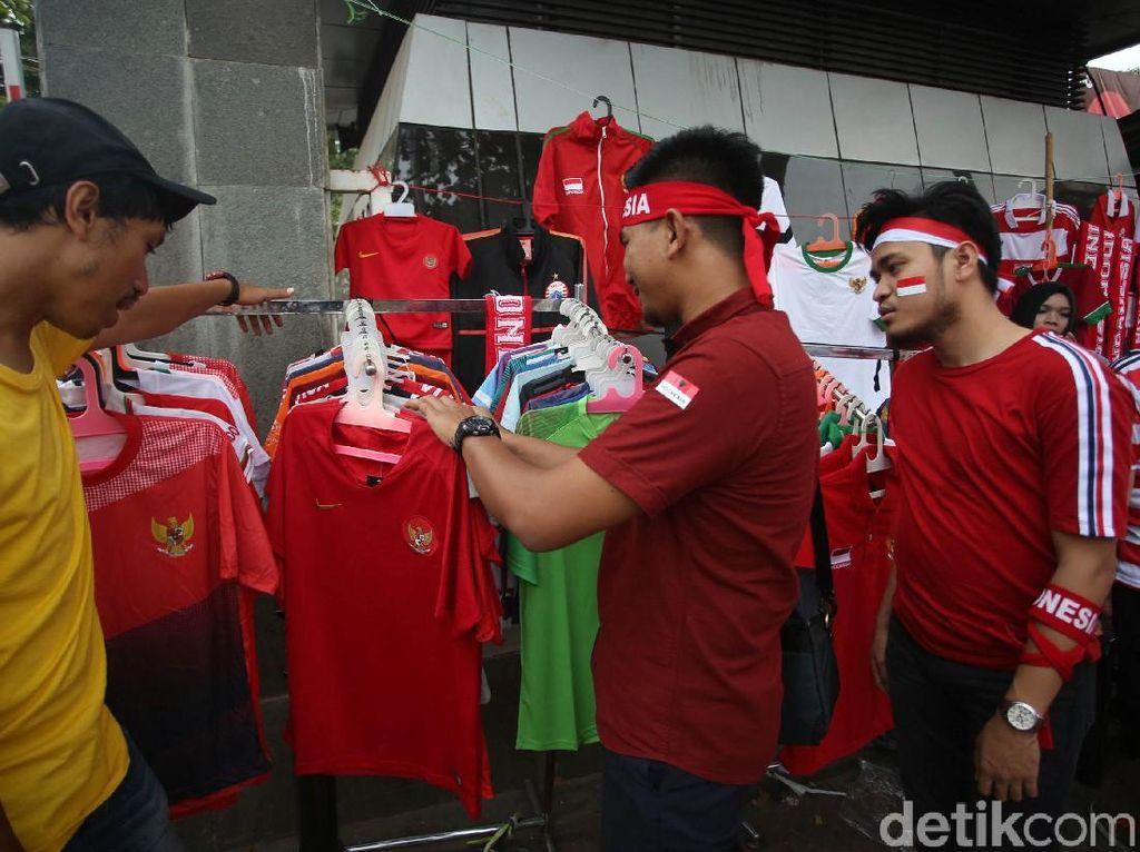 Sejumlah suporter nampak melihat beragam pernak-pernik dan atribut timnas Garuda sebelum menyaksikan pertandingan Indonesia melawan Malaysia di SUGBK.