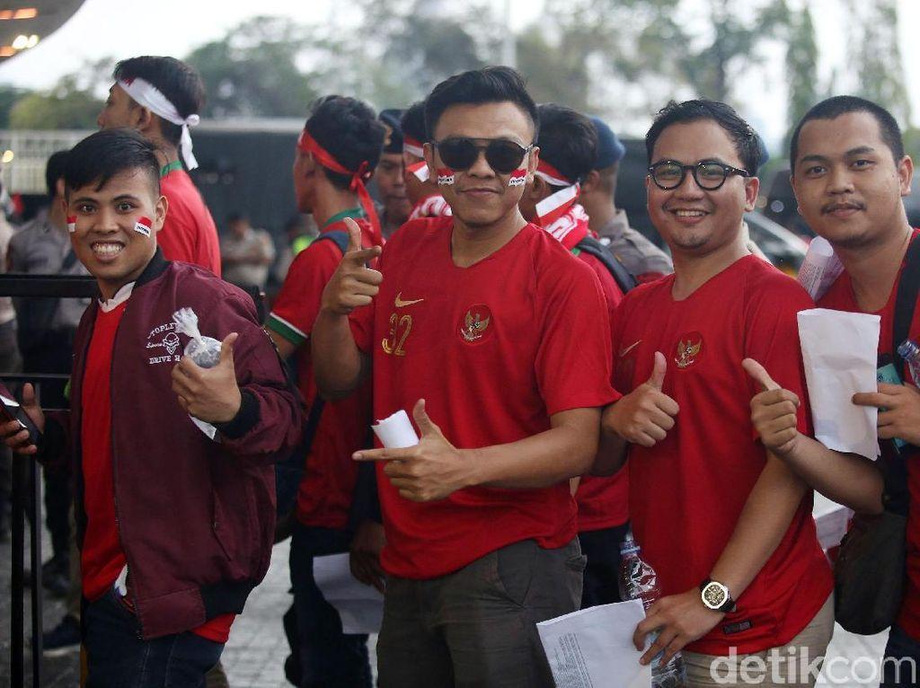 Dengan mengenakan jersey timnas Indonesia, mereka siap memberikan dukungan kepada skuad Garuda menuju Qualifikasi Piala Dunia 2022.