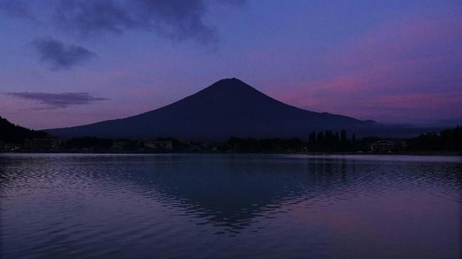 Pemandangan matahari terbit di Gunung Fuji dari Danau Kawaguchi, barat Tokyo, Jepang. (AP Photo/Jae C. Hong)