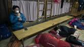 Pendaki mengirup oksigen tabung di tengah pendakian Gunung Fuji. (AP Photo/Jae C. Hong)