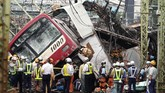 Kecelakaan itu menyebabkan satu orang tewas dan 34 orang luka-luka. Kereta itu dilaporkan tengah mengangkut 500 penumpang. (AP Photo/Eugene Hoshiko)