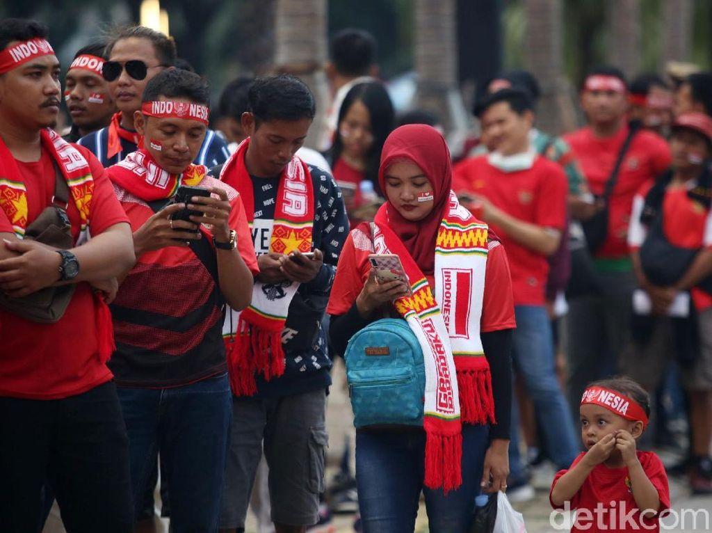 Suporter cilik pun ikut hadir di SUGBK untuk memberikan semangat kepada timnas Indonesia.