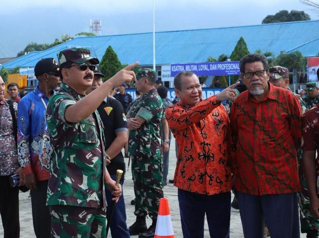 Sejumlah warga Papua yang terdiri dari para tokoh adat, tokoh masyarakat, pelajar dan masyarakat umum berkumpul di sekitar Lanud Silas Papare Sentani, Jayapura, Papua, untuk menyaksikan Latihan Pasukan Pemukul Reaksi Cepat (PPRC) TNI tahun 2019 yang digelar di Papua, khusunya Jayapura dan Wamena yang dilaksanakan secara bersamaan, Rabu (4/9/2019) lalu. Panglima TNI Marsekal TNI Hadi Tjahjanto, S.I.P. turut hadir untuk menyaksikan langsung Latihan PPRC TNI tahun 2019. Istimewa/Dok. Kabidpenum Puspen TNI, Kolonel Sus Taibur Rahman.