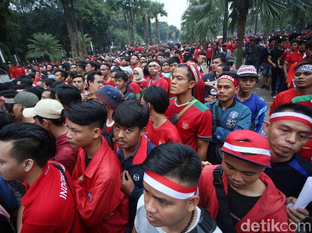 Sebagian suporter timnas Indonesia juga memakai ikat kepala yang berwarna merah putih.