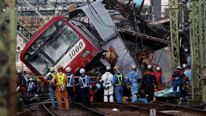 Tabrakan truk pembawa buah-buah dengan kereta ekspres di Yokohama, Jepang merenggut korban jiwa.
