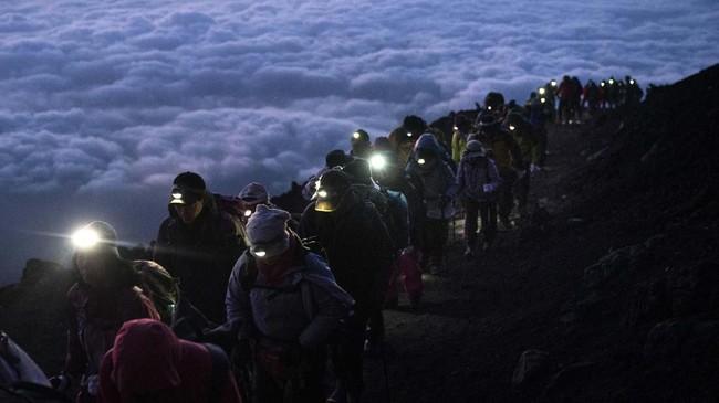 Jalur Yoshida adalah yang termudah dan paling populer di antara seluruh rute ke puncak Gunung Fuji. Durasi perjalanannya sekitar lima sampai enam jam. (AP Photo/Jae C. Hong)