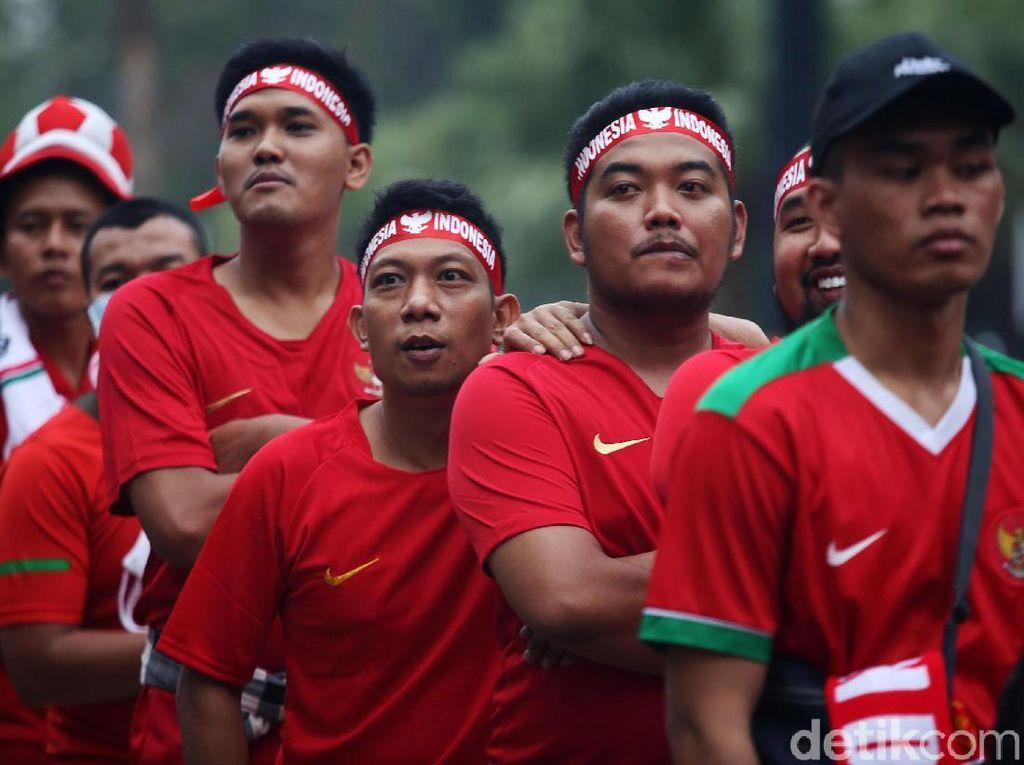 Suporter timnas Indonesia kompak memakai kaus kebanggaan timnas dengan warna merah.