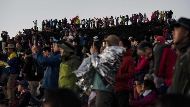 Matahari terbit dengan semburat oranye menjadi panorama utama di puncak Gunung Fuji.(AP Photo/Jae C. Hong)