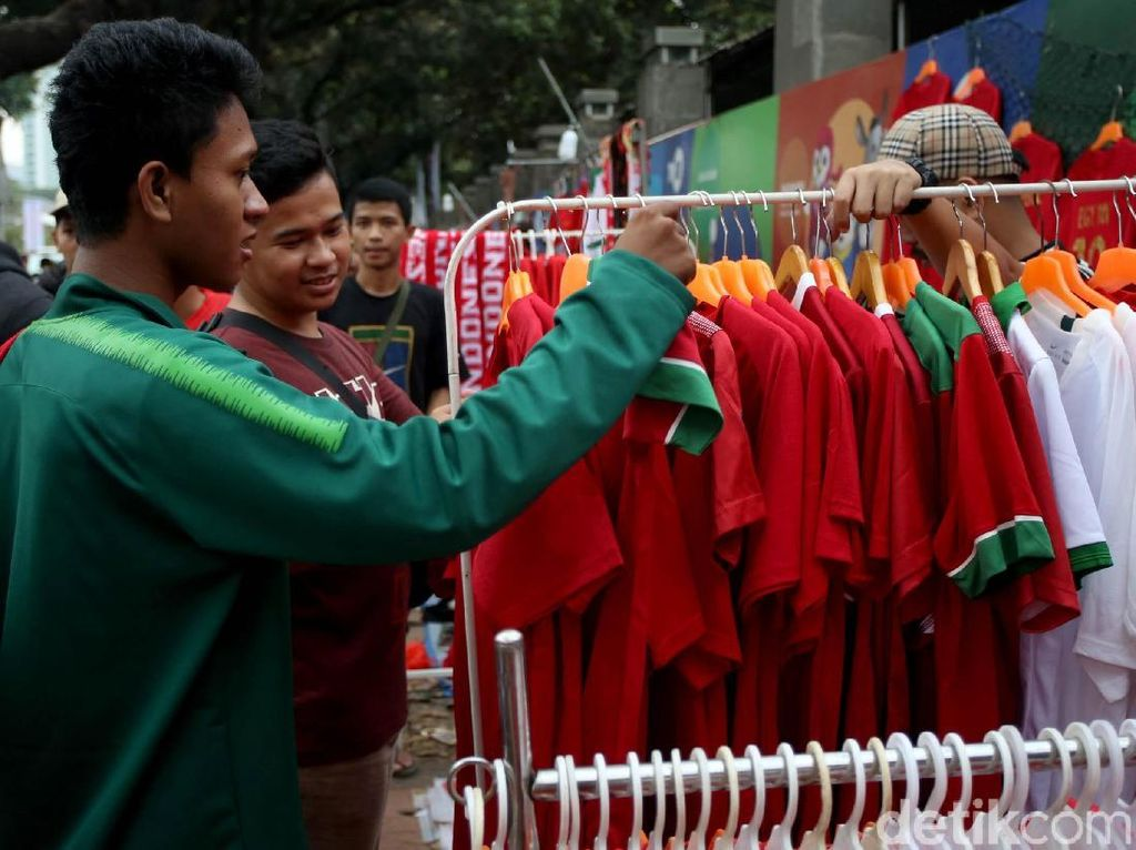 Beragam pernak-pernik, salah satunya jersey Timnas Indonesia berbagai ukuran dijajakan oleh para pedagang jelang pertandingan Indonesia melawan Malaysia pada laga kualifikasi Piala Dunia 2022 zona Asia.