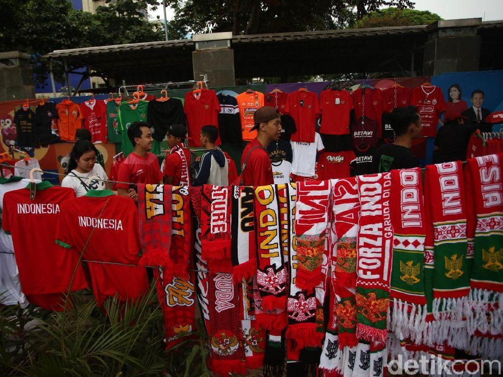 Selain jersey Timnas Indonesia, nampak pula beragam atribut lain seperti syal, ikat kepala, dan beragam pernak-pernik lainnya yang turut dijajakan oleh para pedagang tersebut.