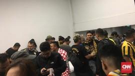 Suporter Malaysia Masih Tertahan di Dalam GBK