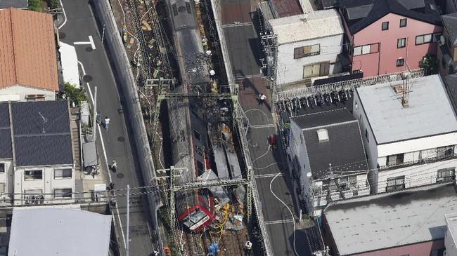 Tabrakan antara kereta ekspres dan truk terjadi di Yokohama, Jepang, pada Jumat (5/9). Akibatnya jalur kereta komuter dari dan menuju Tokyo yang padat perjalanan terpaksa dihentikan. (REUTERS/Issei Kato)