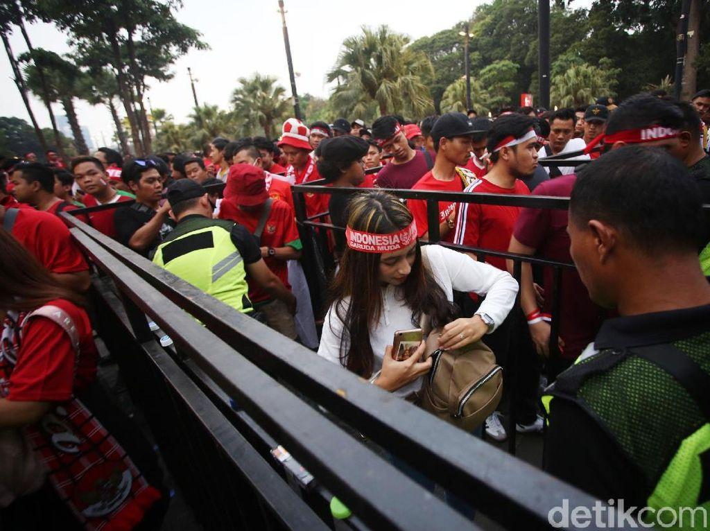 Polisi memeriksa semua barang bawaan penonton laga timnas Indonesia vs Malaysia.