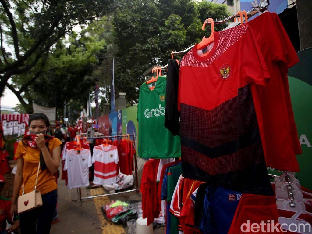 Beragam pernak-pernik Timnas Indonesia dijajakan oleh para pedagang di depan gedung TVRI, Jakarta.