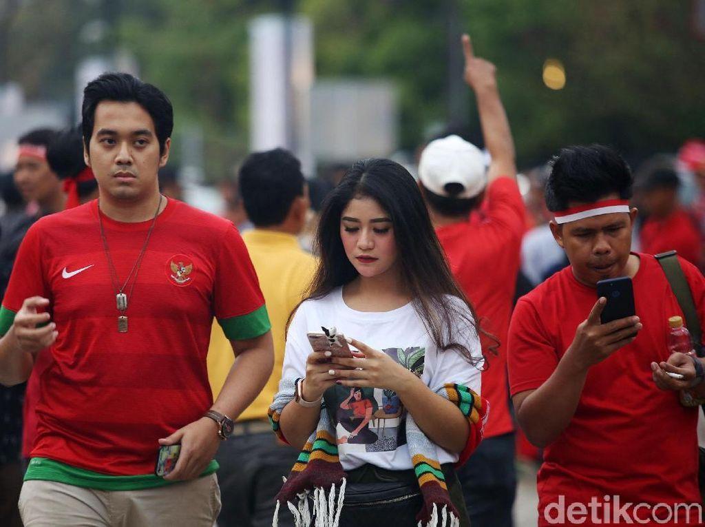 Para suporter timnas Indonesia terus berdatangan jelang kickoff yang dijadwalkan main pukul 19.30 nanti.