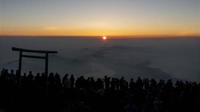 Musim pendakian berlangsung dari awal Juli hingga awal September, Gunung Fuji akan dibuka untuk umum beberapa minggu sebelum upacara pembukaan Olimpiade Musim Panas Tokyo pada 24 Juli. (AP Photo/Jae C. Hong)