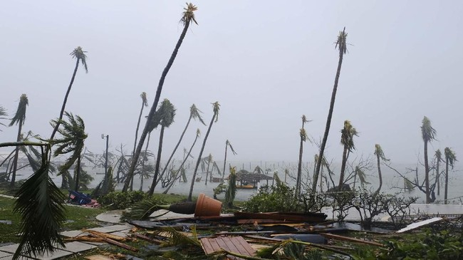 Berdasarkan data dari NASA, Badai Dorian berpusar hingga 18 jam lebih di Bahama dengan membawa curah hujan 60 sentimeter per jam. Laju Badai Dorian juga terbilang lambat, hanya 1,6 kilometer per jam. (REUTERS/Dante Carrer)