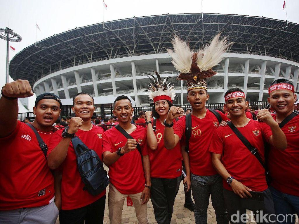 Suporter timnas Indonesia sudah mulai berdatangan ke Stadion Utama Gelora Bung Karno sejak sore tadi.