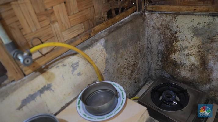 Proses pengolahan biogas di peternakan sapi milik Pondok Pesantren Assyafaat, Depok, Jawa Barat, Kamis (5/9).  Dalam sehari kotoran sapi yang dihabiskan mencapai 25-30kg, untuk memenuhi kebutuhan memasak di peternakan tersebut. Untuk menghasilkan biogas dari kotoran sapi, Pak syarif melakukan persiapan seperti menghitung kebutuhan energi, menentukan model digester, membuat filter gas, membuat bahan baku isian. Semua itu harus harus dipenuhi agar dapat memproduksi biogas secara efisien dan hemat. Cara kerja biodigester untuk menghasilkan gas metan adalah sebagai berikut. Pertama, kotoran sapi dialirkan dari kandang ke kolam melalui got atau pipa. Kemudian kotoran sapi itu dicampur air dengan perbandingan 1:1 guna mengencerkan kotoran. Lalu, kotoran itu dimasukkan ke dalam reaktor berbentuk bulat untuk difermentasi, hingga mengeluarkan gas metan. Jika dikalkulasikan, ia dapat menghemat Rp 300 ribu per bulan.  (CNBC Indonesia/Muhammad Sabki)