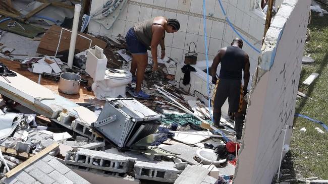 Pemerintah Bahama kini mengirim ratusan polisi, marinir, dokter serta perawat untuk membantu korban dan melakukan penanggulangan dampak Badai Dorian. (REUTERS/Joe Skipper)