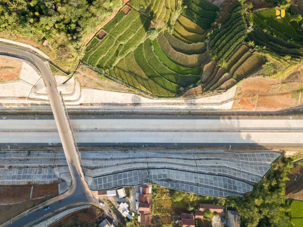 Jakarta - Kementerian Pekerjaan Umum dan Perumahan Rakyat (PUPR) menargetkan Seksi 1-3 Jalan Tol Cileunyi-Sumedang-Dawuan (Cisumdawu) sepanjang 33 Km dapat dilalui fungsional pada arus mudik tahun 2020. Untuk penyelesaian konstruksi keseluruhan sepanjang 61,5 Km, ditargetkan rampung akhir tahun 2020. (Biro Komunikasi Publik Kementerian PUPR)