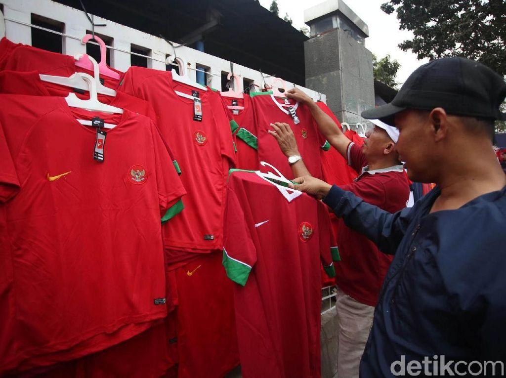 Beragam pernak-pernik, seperti jersey Timnas Garuda nampak menarik perhatian para suporter yang datang untuk menonton pertandingan tersebut.