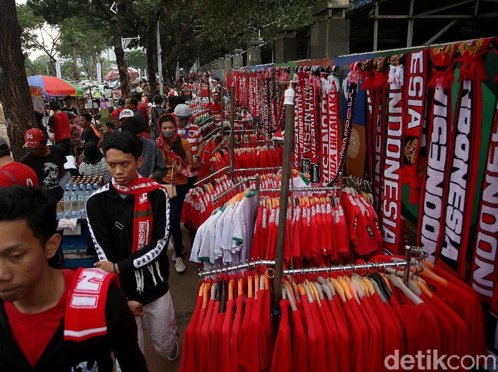 Sejumlah pedagang nampak menjajakan dagangannya dengan ragam pernak-pernik Timnas Indonesia di depan gedung TVRI, Jakarta, Kamis (5/9/2019), jelang pertandingan Indonesia kontra malaysia yang akan digelar di Stadion Utama Gelora Bung Karno (SUGBK).