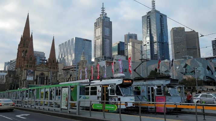 FILE PHOTO: Trams pass by Melbourne's city skyline in Australia's second-largest city, June 13, 2017. REUTERS/Jason Reed/File Photo