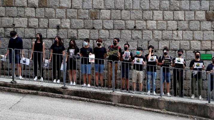 Pelajar dan mahasiswa Hong Kong seharusnya kembali ke sekolah mulai dari Hari Senin (02/09), namun 30.000 orang masih lanjutkan aksi protes.