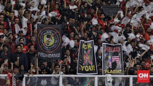 Suporter Timnas Indonesia sudah mengintimidasi suporter Malaysia sebelum pertandingan dimulai melalui yel-yel dan spanduk. (CNNIndonesia/Adhi Wicaksono)