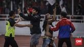 Kisruh menjalar ke tribune utara. Para pendukung Timnas Indonesia ikut memprovokasi suporter lawan. (CNNIndonesia/Adhi Wicaksono)