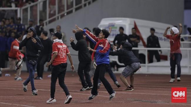 Kekesalan suporter Indonesia semakin membuncah setelah Indonesia kalah 2-3 di menit-menit akhir. Mereka masih berupaya untuk mendekati suporter Malaysia. (CNNIndonesia/Adhi Wicaksono)