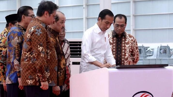 Mobil ini sempat identik dengan Jokowi karena pernah ia pakai saat menjabat Wali Kota Solo. Jokowi memuji inovasi Esemka.