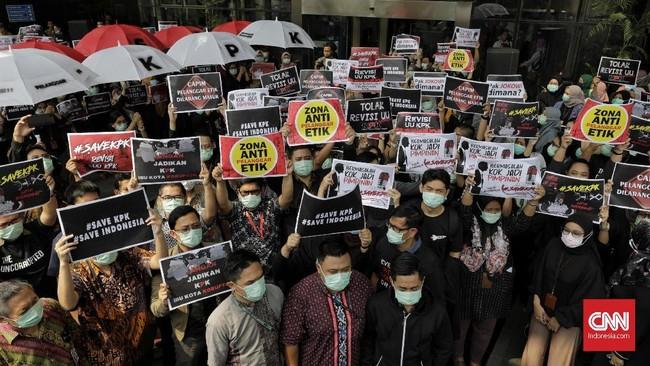Wakil Ketua Komisi Pemberantasan Korupsi (KPK) Saut Situmorang bersama ratusan pegawai KPK menggelar aksi menolak revisi UU 30/2002 tentang Pemberantasan Tindak Pidana Korupsi (UU KPK). (CNNIndonesia/Adhi Wicaksono)