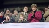 Pada usia 16 tahun, Lady Diana bertemu pertama kali dengan Pangeran Charles yang lebih tua 13 tahun darinya.(Jean-Pierre MULLER / AFP)