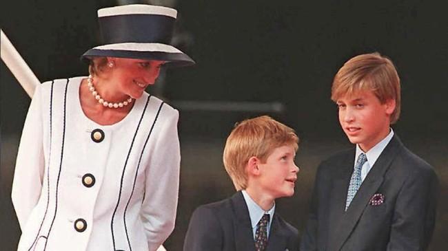 Putri Diana menikah dengan Pangeran Charles pada 29 Juli 1981 dan melahirkan Pangeran William pada 21 Juni 1982 dalam usia 21 tahun. (JOHNNY EGGITT / AFP FILES / AFP)