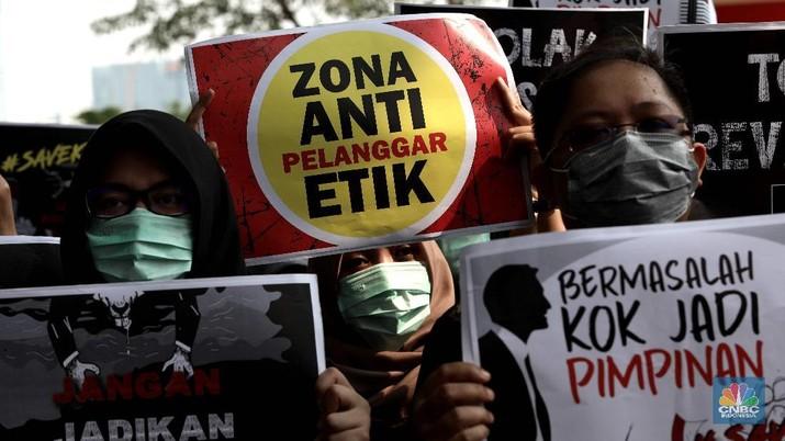 Ratusan Pegawai KPK Melakukan Aksi Menolak Revisi UU KPK di Lobi Gedung KPK, Jakarta, Jumat (6/9). (CNBC Indonesia/Muhammad Sabki)