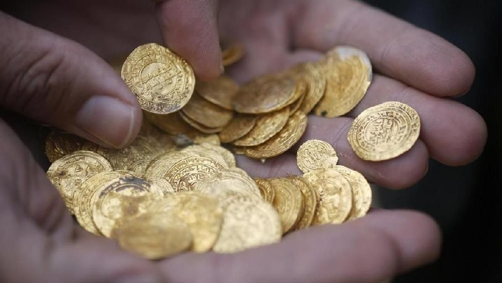 Ancient gold coins are displayed in Caesarea, north of Tel Aviv along the Mediterranean coast February 18, 2015. REUTERS/Nir Elias