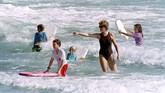 Namun usai memiliki dua anak, rumah tangga Pangeran Charles dengan Putri Diana dihantam gelombang badai. Keduanya berpisah pada Juli 1996. (PAUL J. RICHARDS / AFP)