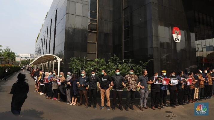 Para pegawai berkumpul di depan gedung KPK dengan menggunakan pakaian serba hitam.