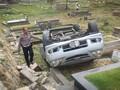 Mobil Terguling di TPU Tanah Kusir Usai Pengemudi Ziarah
