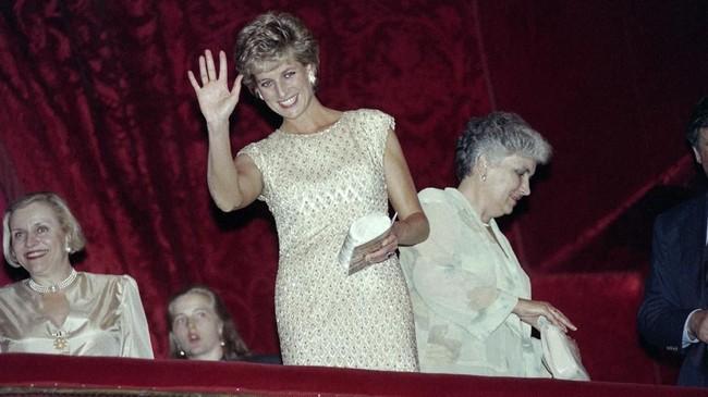 Putri Diana meninggal pada 31 Agustus 1997 pada usia 36 tahun di terowongan Pont de L'Alma Paris setelah menghindari paparazi. Kekasihnya saat itu, Dodi Al Fayed juga ikut meninggal akibat kecelakaan tersebut. (Vladimir MASHATIN / AFP)