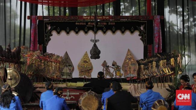Ki Slamet memainkan lakon Murwakala, yakni cerita wayang khusus untuk proses peruwatan yang mengambil kisah Bathara Kala, raksasa yang jadi simbol pemangsa orang-orang sukerta dalam kisah pewayangan.