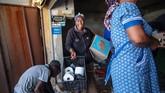 Seorang wanita berteriak ketika penjarah mengambil barang-barang dari toko yang diduga milik asing selama kerusuhan di pinggiran Johannesburg Turffontein, (2/9).(Michele Spatari / AFP)